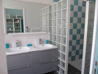Maison P: Salle de bains de style  par pierre bertin architecte