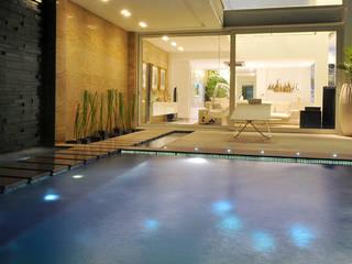 Le stelle riflesse in piscina: Piscina in stile  di Lo Studio Mammini Candido