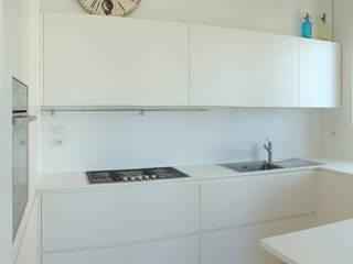 Appartamento a Porto San GIorgio: Cucina in stile  di coolstoodio associati