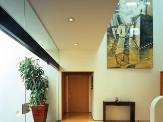 Pasillos, vestíbulos y escaleras de estilo moderno de Taller Luis Esquinca Moderno