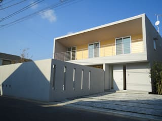 香澄の家 リビングと一体のライトコート オープンエアを満喫できる家: アトリエ24一級建築士事務所が手掛けた家です。