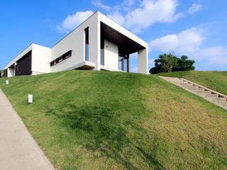 丘の上の二世帯住宅: 時空遊園 JIKOOYOOEN ARCHITCTSが手掛けた家です。