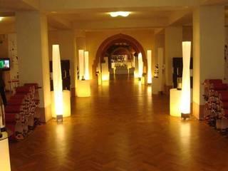 Portabottiglie dal design moderno Esigo 8: Negozi & Locali Commerciali in stile  di Esigo SRL