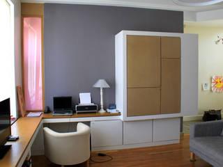 Bureau et espace télé: Salon de style de style Moderne par 3B Architecture