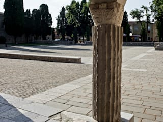 AQUILEIA - Aula di Cromazio e Piazze della Basilica:  in stile  di GTRF GIOVANNI TORTELLI ROBERTO FRASSONI ARCHITETTI ASSOCIATI