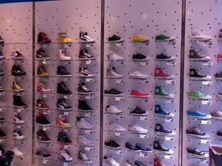 Negozio scarpe Sneackers: Negozi & Locali commerciali in stile  di Arch. Lacquaniti studium