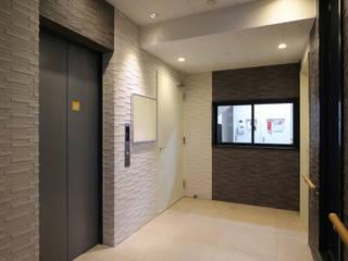 """ixreaが提案する""""笑顔で住まう賃貸住宅"""" ApartmentにSmileをプラスした 「Smilement」Project: 株式会社ixreaが手掛けた廊下 & 玄関です。,"""