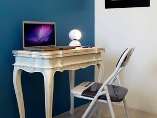 VIA CIPRO: Studio in stile in stile Moderno di Flussocreativo design studio