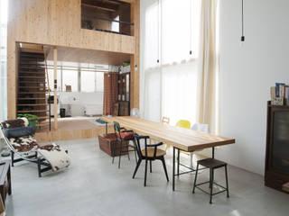 桜台の家: 鈴木淳史建築設計事務所が手掛けたリビングルームです。