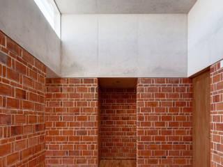 Corredores, halls e escadas minimalistas por Ambrosi I Etchegaray Minimalista