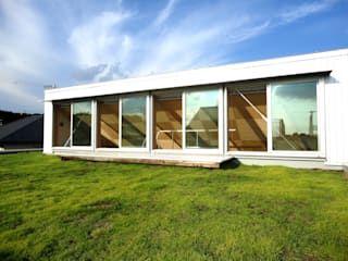 おゆみ野の家 屋上緑化や軒の深いテラス、吹抜けなど自然と家族をつなぐ温かみのある家: アトリエ24一級建築士事務所が手掛けたテラス・ベランダです。