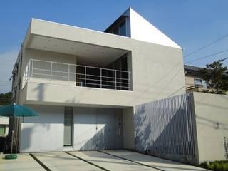 おゆみ野の家 屋上緑化や軒の深いテラス、吹抜けなど自然と家族をつなぐ温かみのある家: アトリエ24一級建築士事務所が手掛けた家です。