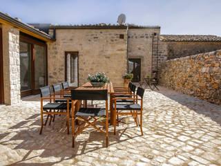Casa Salina : Giardino in stile  di Viviana Pitrolo architetto