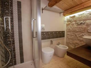 Casa Salina : Bagno in stile  di Viviana Pitrolo architetto