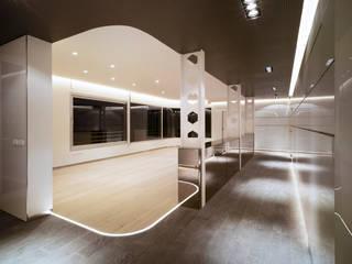 Rehabilitación de ático para unos coleccionistas de arte de Clavel Arquitectos Moderno