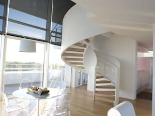 Attico Interni al The Beach Houses firmate Richard Meier:  in stile  di Stay Green Venezia