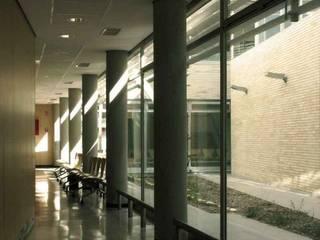 Iluminación natural de espacios internos de circulación:  de estilo  de Argola Arquitectos