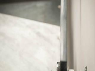 Escalier BOX PLEXI: Couloir et hall d'entrée de style  par Atelier MaDe