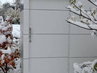 Garagens e edículas modernas por design@garten - Alfred Hart - Design Gartenhaus und Balkonschraenke aus Augsburg Moderno