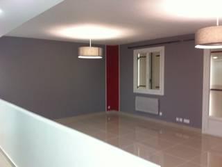 Rénovation séjour en Seine-et-Marne:  de style  par MH DECO