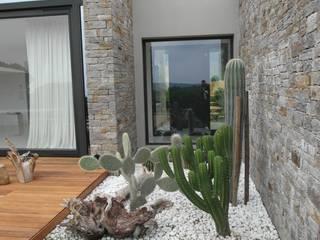 VILLA A SAINT TROPEZ: Giardino in stile  di GIARDINI VALLE DEI FIORI