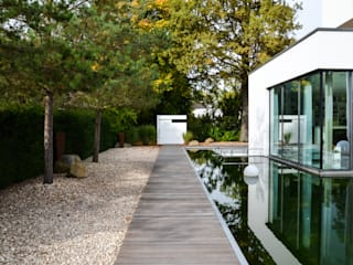 Jardines de estilo minimalista de design@garten - Alfred Hart - Design Gartenhaus und Balkonschraenke aus Augsburg Minimalista