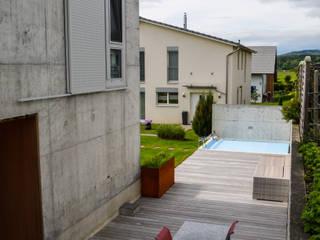 Casas modernas de design@garten - Alfred Hart - Design Gartenhaus und Balkonschraenke aus Augsburg Moderno
