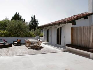 Residenza privata sulle colline di Firenze:  in stile  di Iconastudio
