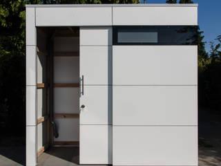 Garajes y galpones de estilo moderno de design@garten - Alfred Hart - Design Gartenhaus und Balkonschraenke aus Augsburg Moderno