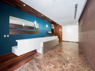 VIA CORDILLERA (DESARROLLOS DELTA): Pasillos y recibidores de estilo  por ESTUDIO TANGUMA