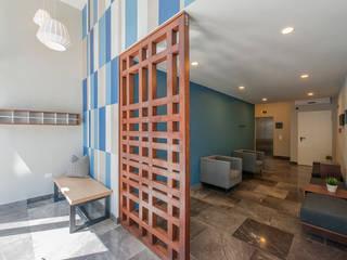 EMMA NORTE 2 Pasillos, vestíbulos y escaleras de estilo moderno de ESTUDIO TANGUMA Moderno