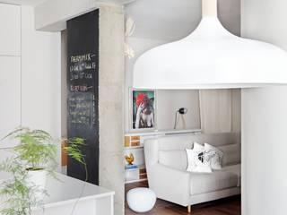 Transición entre cocina y salón: Salones de estilo  de Sucursal urbana universo Sostenible