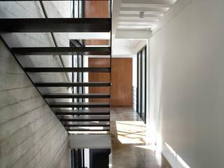 Casa B Pasillos, vestíbulos y escaleras modernos de Gaeta Springall Arquitectos Moderno
