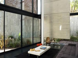 Casa B Salones modernos de Gaeta Springall Arquitectos Moderno