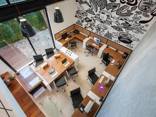 Locaux commerciaux & Magasins de style  par Desnivel Arquitectos