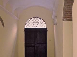 Alloggio in Centro Storico Ingresso, Corridoio & Scale in stile classico di A.A.P+0 Classico