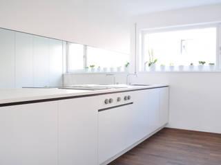 Haus B - Regensburg: minimalistische Küche von brandl architekten . bda