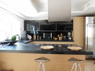 CASA CON PISCINA: Cucina in stile in stile Minimalista di Rosa Vetrano Architetto