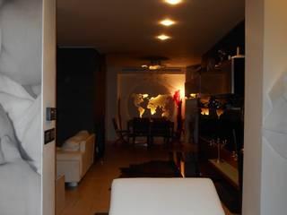 CASA CON PISCINA: Ingresso & Corridoio in stile  di Rosa Vetrano Architetto