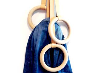 Porte Manteaux Olympic:  de style  par Atelier Design Valerie Windeck