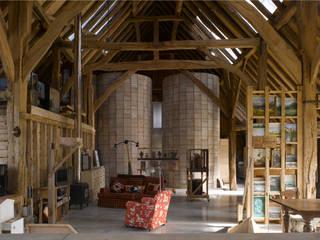 Feering Bury Farm Barn Eclectische woonkamers van Hudson Architects Eclectisch