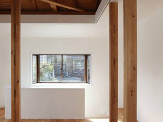 House K モダンデザインの リビング の kosuke sakai & associates モダン