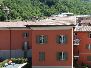 Vista sul complesso Residenziale Villa Gardenia:  in stile  di Schiavi S.p.A.