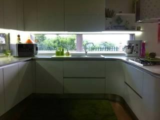 Cucina laccata lucida bianca di Saverio Ammendolia Moderno