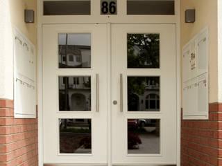 Haus - Eingangstür: modern  von Müller Tischlerei GmbH&Co KG,Modern