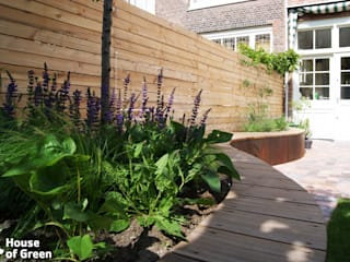 Slingerbank en tuinhuis met schommel:  Tuin door House of Green