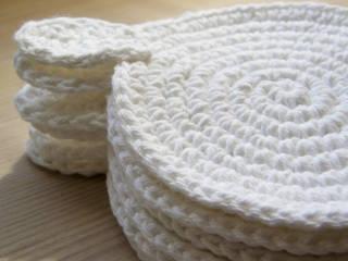 Białe szydełkowe podkładki z ogonkiem: styl , w kategorii  zaprojektowany przez WszystkoCoŁadne