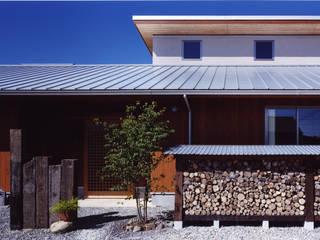 薪塀の家 外観近景: 東山明建築設計事務所が手掛けた家です。