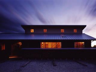薪塀の家 外観夕景: 東山明建築設計事務所が手掛けた家です。
