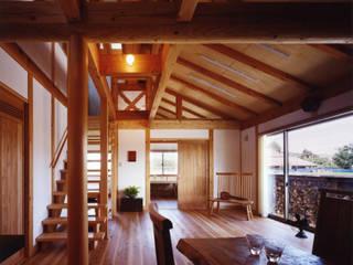 薪塀の家 和風デザインの リビング の 東山明建築設計事務所 和風